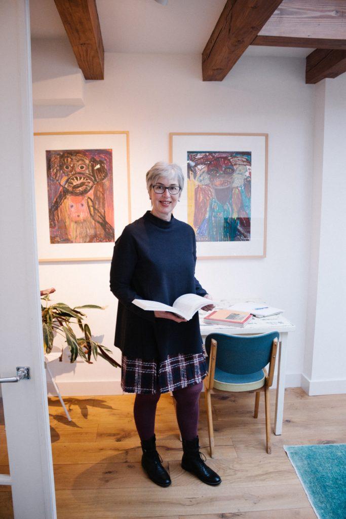 Online Business Coach Birgit Arnold zu Hause mit Buch