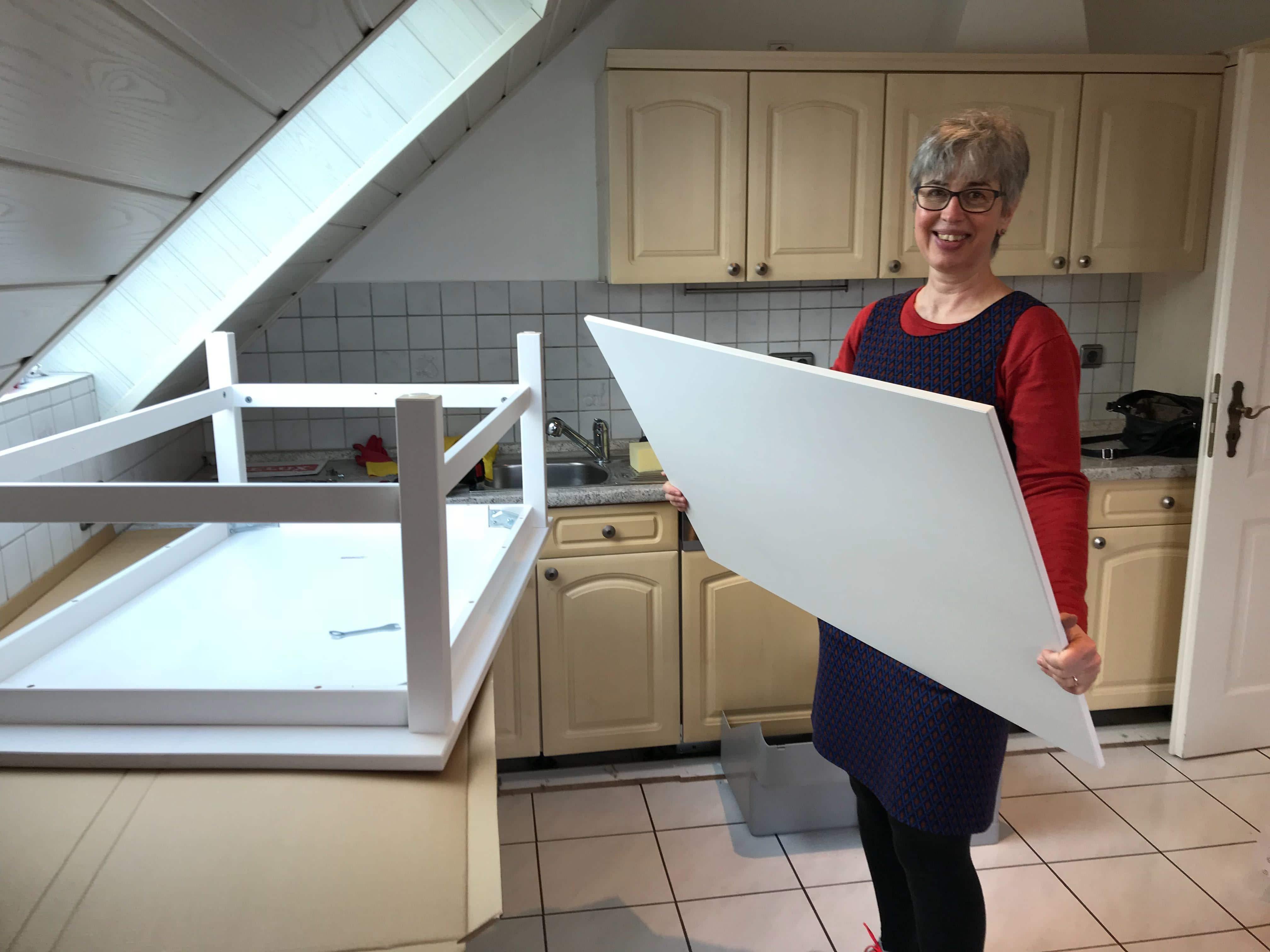 Birgit Arnold beim Bau der Möbel für die Ferienwohnung