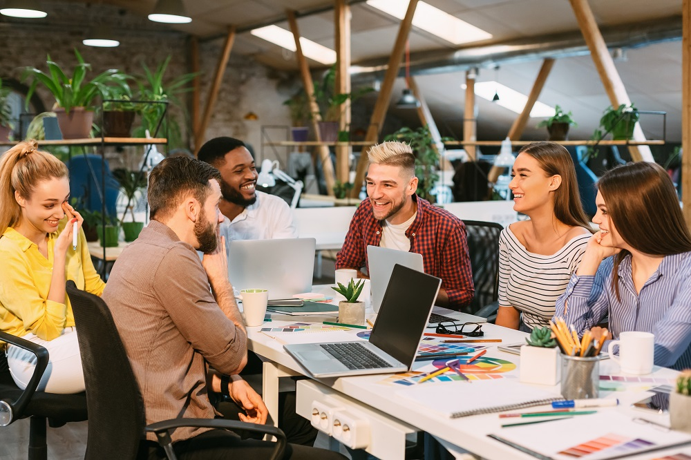 Bereit für die Unternehmensgründung? Unternehmer am Tisch