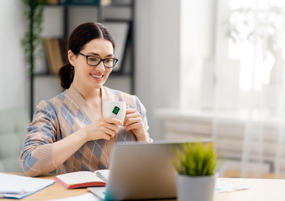 Kundenakquise: Kostenlose Erstgespräche, Unternehmerin vor dem Laptop